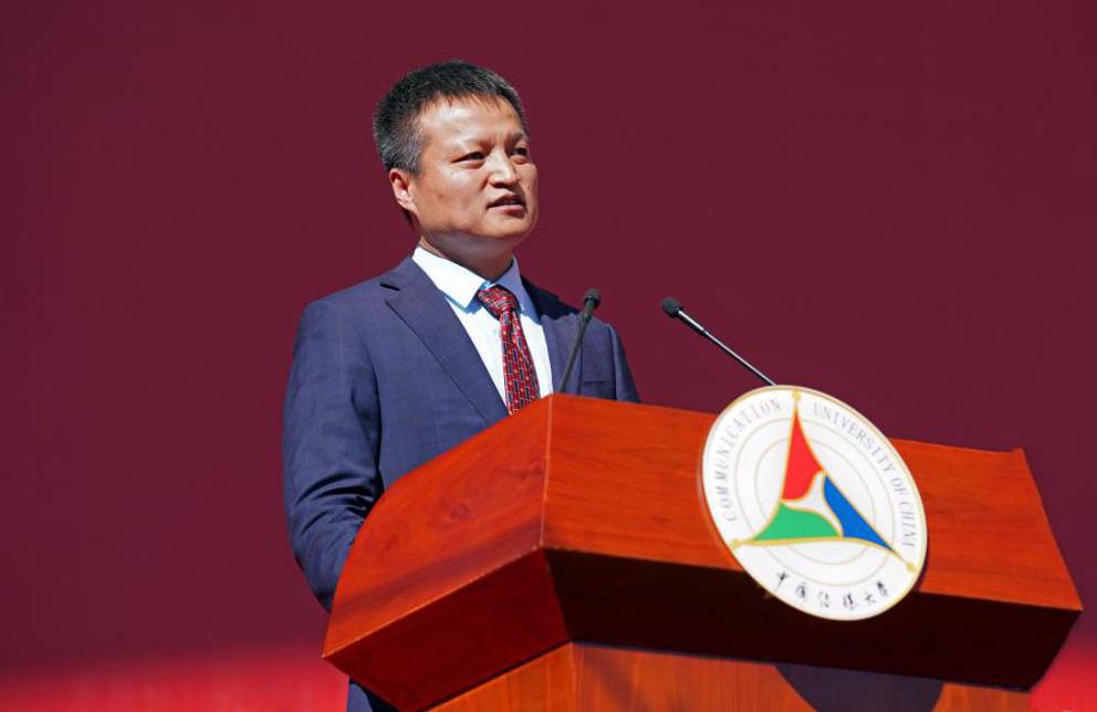 陈文申书记宣布开学典礼正式开始。