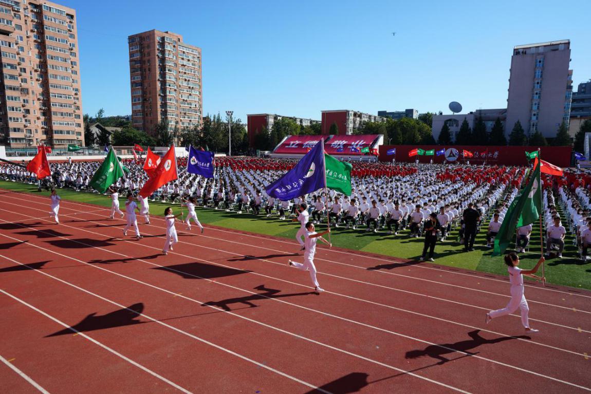 宽阔的体育场装扮一新,洋溢着浓浓的喜庆气氛。